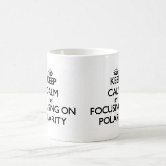 Guarde la calma centrándose en polaridad taza básica blanca