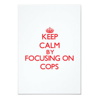 Guarde la calma centrándose en polis invitaciones personalizada