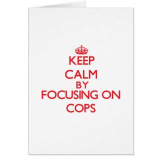 Guarde la calma centrándose en polis tarjeta de felicitación