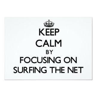 """Guarde la calma centrándose en practicar surf la invitación 5"""" x 7"""""""