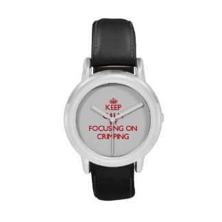 Guarde la calma centrándose en prensar reloj de mano