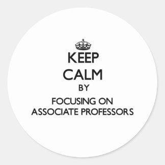 Guarde la calma centrándose en profesores adjuntos etiquetas redondas