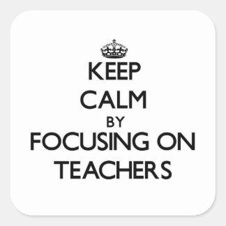 Guarde la calma centrándose en profesores pegatina cuadrada