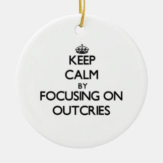 Guarde la calma centrándose en protestas adorno redondo de cerámica