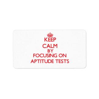 Guarde la calma centrándose en pruebas de aptitud etiqueta de dirección