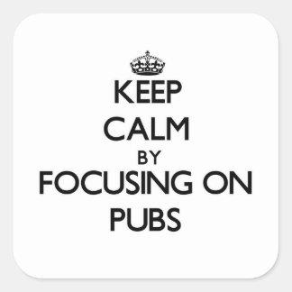 Guarde la calma centrándose en Pubs Pegatina Cuadradas Personalizada