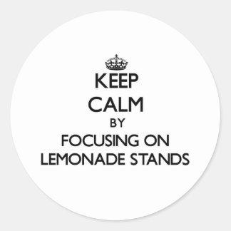 Guarde la calma centrándose en puestos de limonada etiquetas redondas