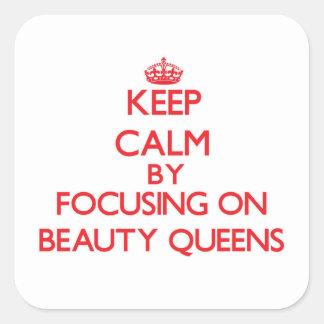 Guarde la calma centrándose en Queens de belleza Pegatina Cuadrada