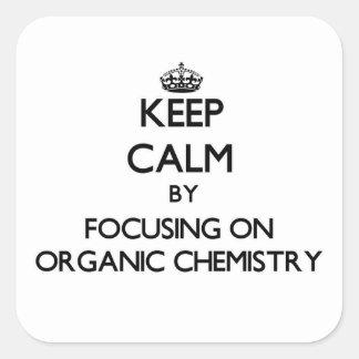 Guarde la calma centrándose en química orgánica pegatina cuadrada