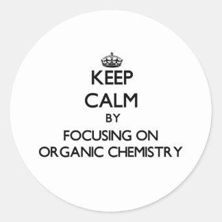 Guarde la calma centrándose en química orgánica pegatina redonda