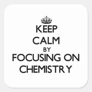 Guarde la calma centrándose en química calcomanías cuadradass