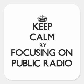Guarde la calma centrándose en radio pública pegatina cuadrada