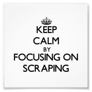 Guarde la calma centrándose en raspar impresión fotográfica