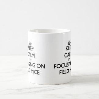 Guarde la calma centrándose en ratones de campo taza básica blanca