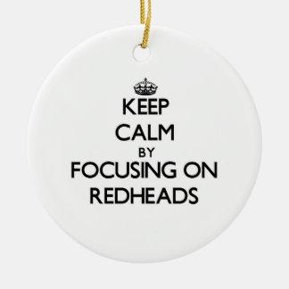 Guarde la calma centrándose en Redheads Ornamento Para Arbol De Navidad