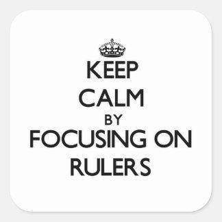 Guarde la calma centrándose en reglas calcomania cuadradas personalizadas