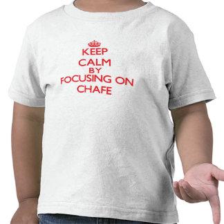Guarde la calma centrándose en roce camiseta