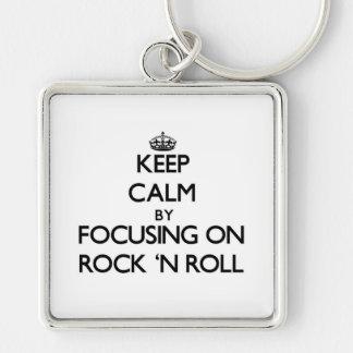 Guarde la calma centrándose en rock-and-roll llavero personalizado
