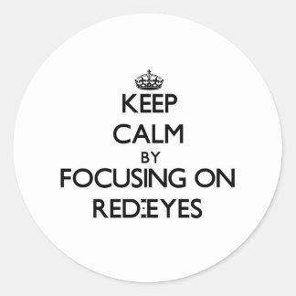 Guarde la calma centrándose en Rojo-Ojos Pegatina Redonda