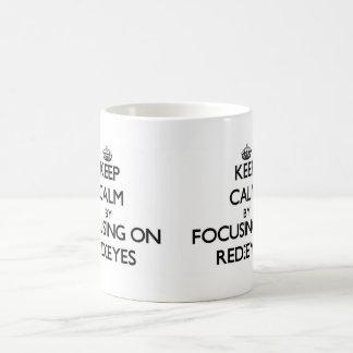 Guarde la calma centrándose en Rojo-Ojos Taza Básica Blanca