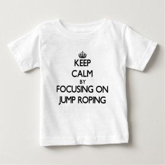 Guarde la calma centrándose en Roping del salto Playera De Bebé