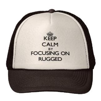 Guarde la calma centrándose en rugoso gorras