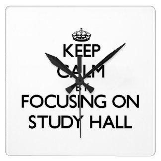 Guarde la calma centrándose en sala de estudio relojes de pared