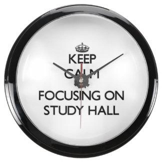 Guarde la calma centrándose en sala de estudio relojes aqua clock