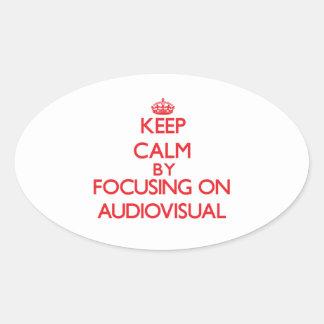 Guarde la calma centrándose en sector audiovisual pegatina ovalada