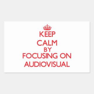 Guarde la calma centrándose en sector audiovisual pegatina rectangular