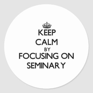 Guarde la calma centrándose en seminario etiquetas redondas