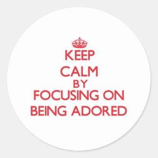 Guarde la calma centrándose en ser adorado etiqueta redonda