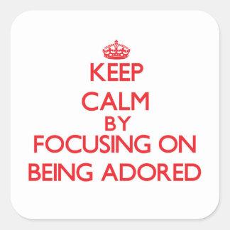 Guarde la calma centrándose en ser adorado calcomanía cuadrada personalizada