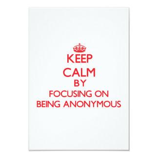 """Guarde la calma centrándose en ser anónimo invitación 3.5"""" x 5"""""""
