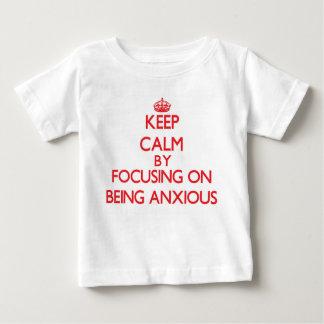 Guarde la calma centrándose en ser ansioso remera