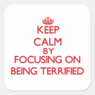 Guarde la calma centrándose en ser aterrorizado pegatina cuadradas personalizadas