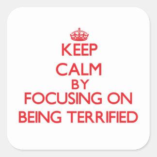 Guarde la calma centrándose en ser aterrorizado pegatinas cuadradas personalizadas