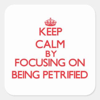 Guarde la calma centrándose en ser aterrorizado calcomania cuadrada personalizada