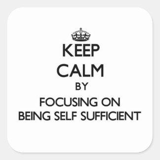 Guarde la calma centrándose en ser autosuficiente calcomania cuadrada personalizada