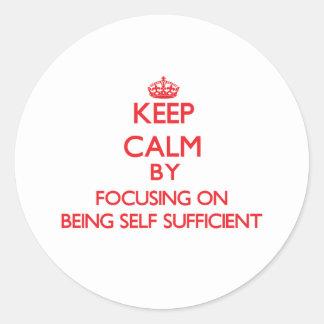 Guarde la calma centrándose en ser autosuficiente pegatinas redondas