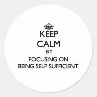 Guarde la calma centrándose en ser autosuficiente etiquetas redondas