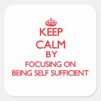 Guarde la calma centrándose en ser autosuficiente calcomanía cuadradas