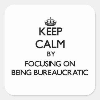Guarde la calma centrándose en ser burocrático pegatina cuadrada