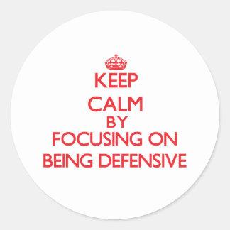 Guarde la calma centrándose en ser defensivo pegatina redonda