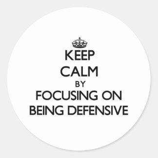 Guarde la calma centrándose en ser defensivo pegatinas redondas