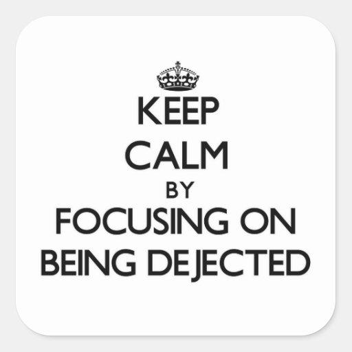 Guarde la calma centrándose en ser Dejected Calcomanías Cuadradass Personalizadas