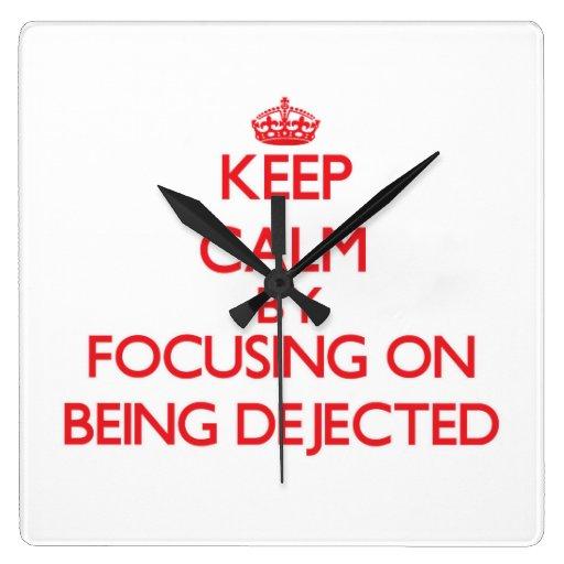 Guarde la calma centrándose en ser Dejected Relojes De Pared