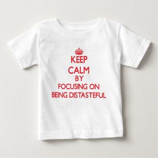 Guarde la calma centrándose en ser desagradable camisetas