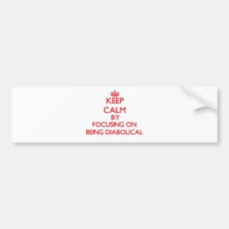 Guarde la calma centrándose en ser diabólico pegatina de parachoque