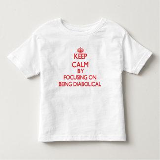 Guarde la calma centrándose en ser diabólico tee shirts